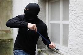 ladron entrando en casa